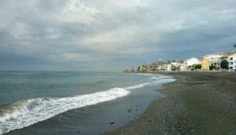 Playa de La Cala del Moral un día de lluvia frente al Restaurante Gris Marengo 8 sept 2018