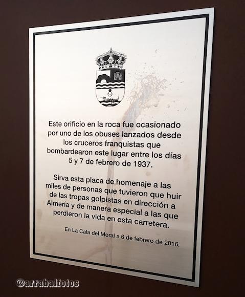 Placa en homenaje a las víctimas de los bombardeos de 1937 mientras huían de Málaga a Almería durante la Desbandá.