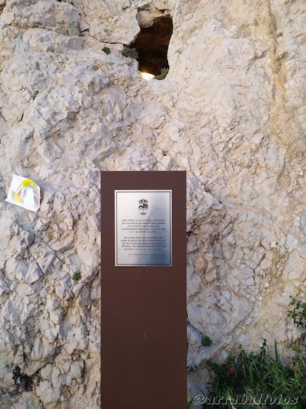 Placa en homenaje a las víctimas de los bombardeos de 1937 (La Desbandá), . La placa está ubicada bajo el orificio que un obús dejó en los túneles de El Cantal en La Cala del Moral durante el ataque.