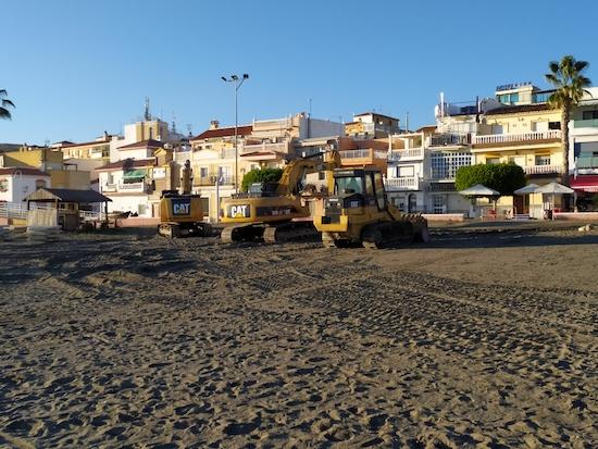 Excavadoras frente al restaurante Gris marengo para las Mejoras en La Playa de La Cala del Moral