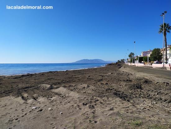 Aportación de arena en Playa de La Cala del Moral entre restaurante Los Grabieles y Bar Juani
